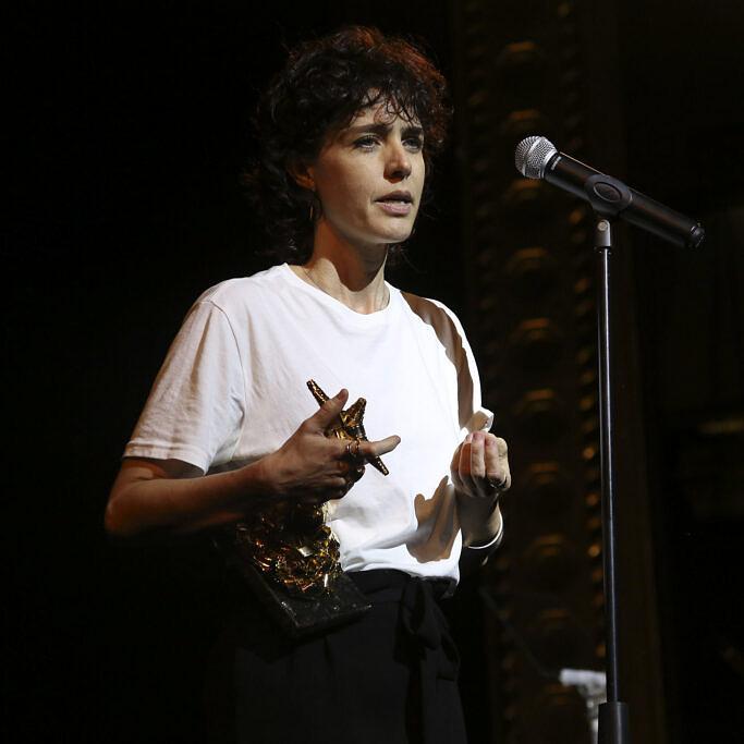 """A diretora Carolina Jabor recebe o Troféu Redentor por """"Aos Seus Olhos"""", no Festival do Rio (Foto: Marina Calderón   Divulgação)"""