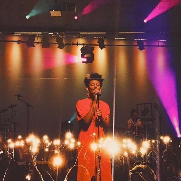 Liniker veste LED durante show em Belo Horizonte (Foto: @LED_CD | Instagram)