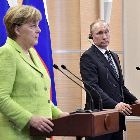 Angela Merkel foi uma das poucas líderes internacionais a denunciarem a violência contra LGBTs chechenos diretamente para Putin (Foto: Reprodução)
