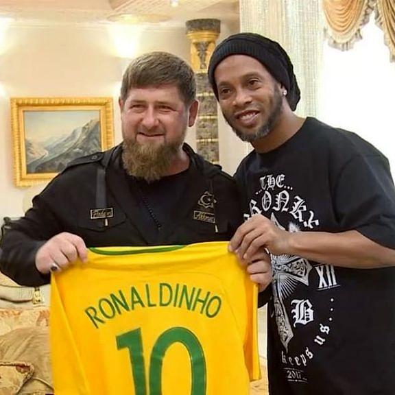 Ao lado do ídolo Ronaldinho Gaúcho, Ramzan Kadyrov continua sua pose de bom moço no Instagram (Foto: Reprodução)