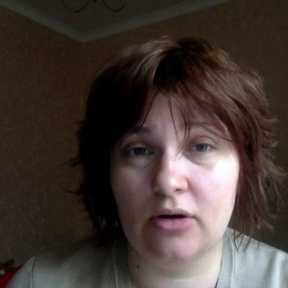 Elena Milashina, jornalista foragida da Chechênia após denunciar os campos de concentração em matéria para o Novaya Gazeta (Foto: Reprodução BBC)