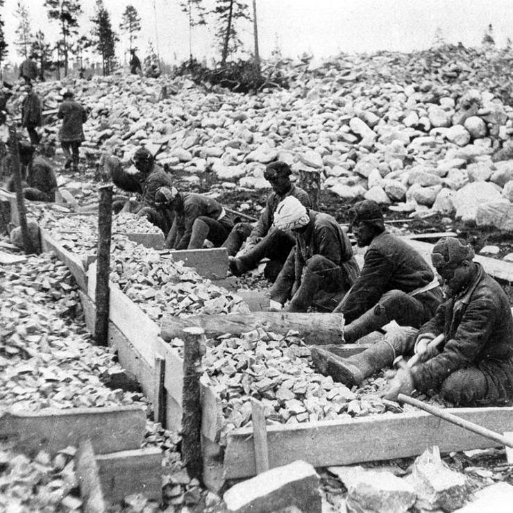 Imagem dos gulags criados por Stalin, onde homossexuais eram mandados para trabalharem até morrerem de exaustão, frio ou espancamento (Foto: Reprodução)
