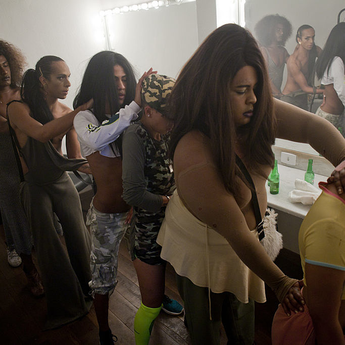 Linn e sua equipe em momento de preparação minutos antes de subirem ao palco do Galpão Gamboa (Foto: Ricardo Schmidt | Revista Híbrida)