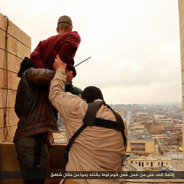 """Homossexuais sendo executados em praça pública no Iraque para """"lavarem as honras do país e de suas famílias"""" (Foto: Reprodução)"""
