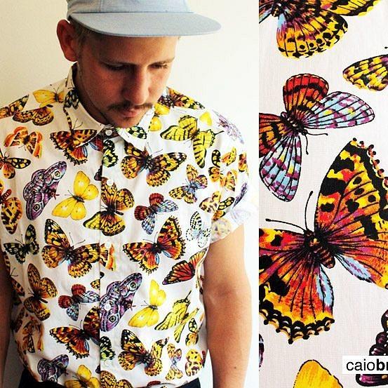 Apostando em estampas vibrantes e preços acessíveis, Caio Braz lançou sua primeira linha de camisetas em 2012 (Foto: Reprodução Instagram)