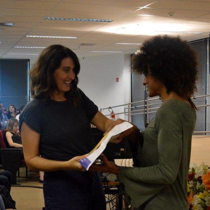 """Paola Carosella durante a cerimônia de conclusão de curso da 1ª turma do """"Cozinha & Voz"""" (Foto: Reprodução)"""