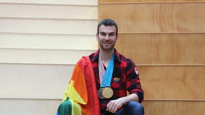 Eric Radford com sua medalha de ouro na patinação artística (Foto: Reprodução)