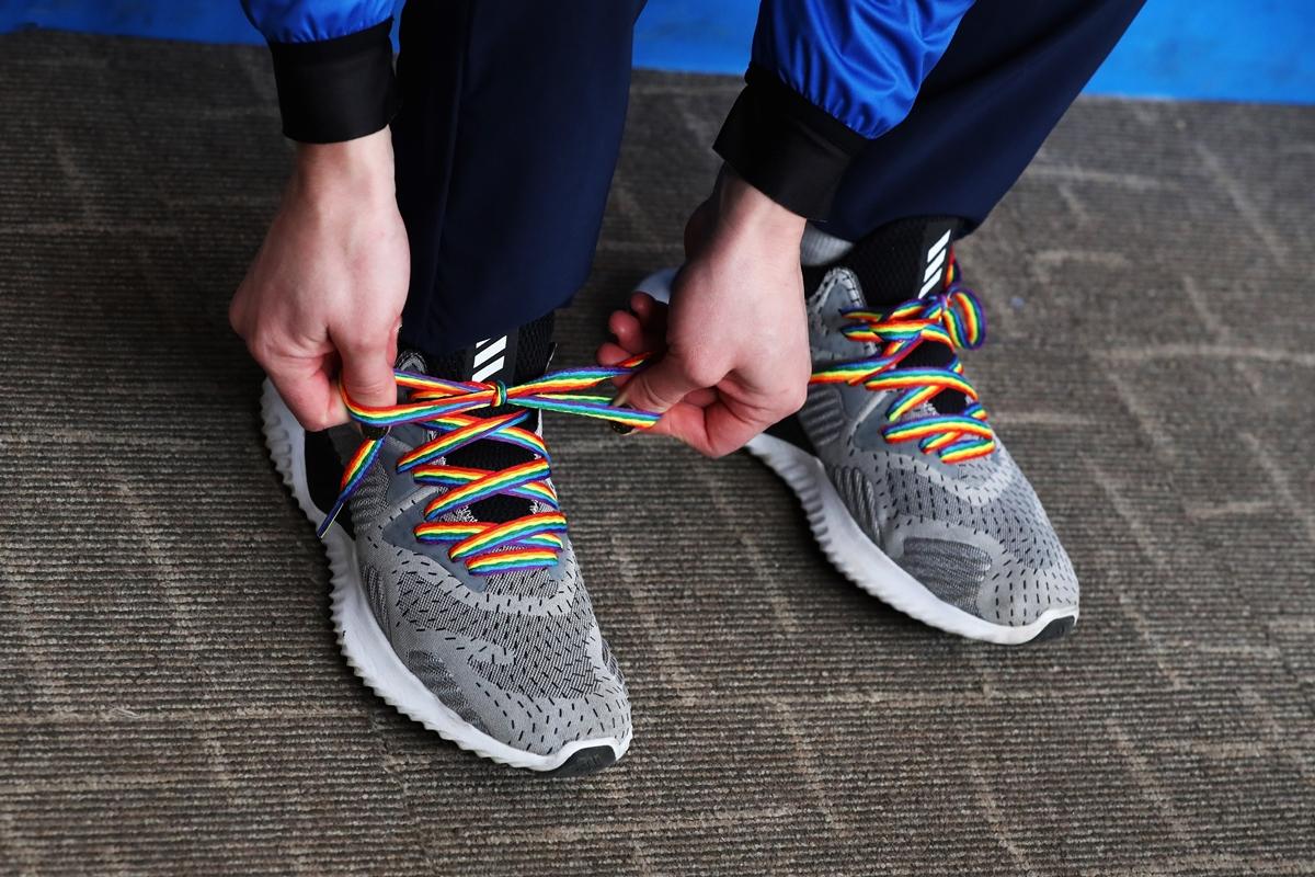 Os cadarços com as cores do arco-íris usados por Lizzy Yarnold para subir ao pódio (Foto: Ker Robertson   Getty Images)