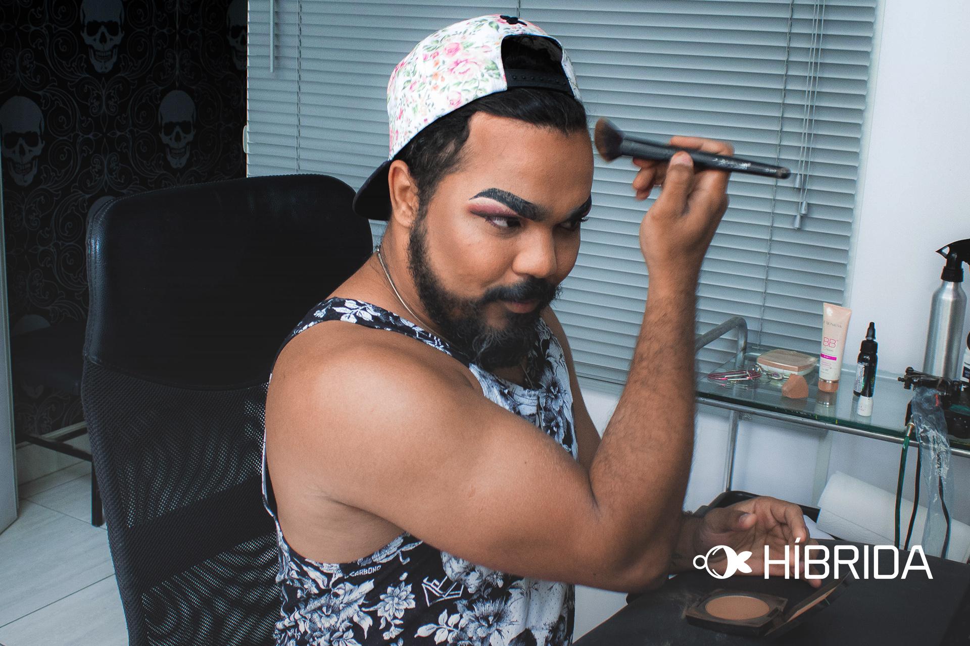 Em seu estúdio de tatuagem, Wallace começa a montação para se transformar em Ohana (Foto: Nathan Ferreira | Revista Híbrida)