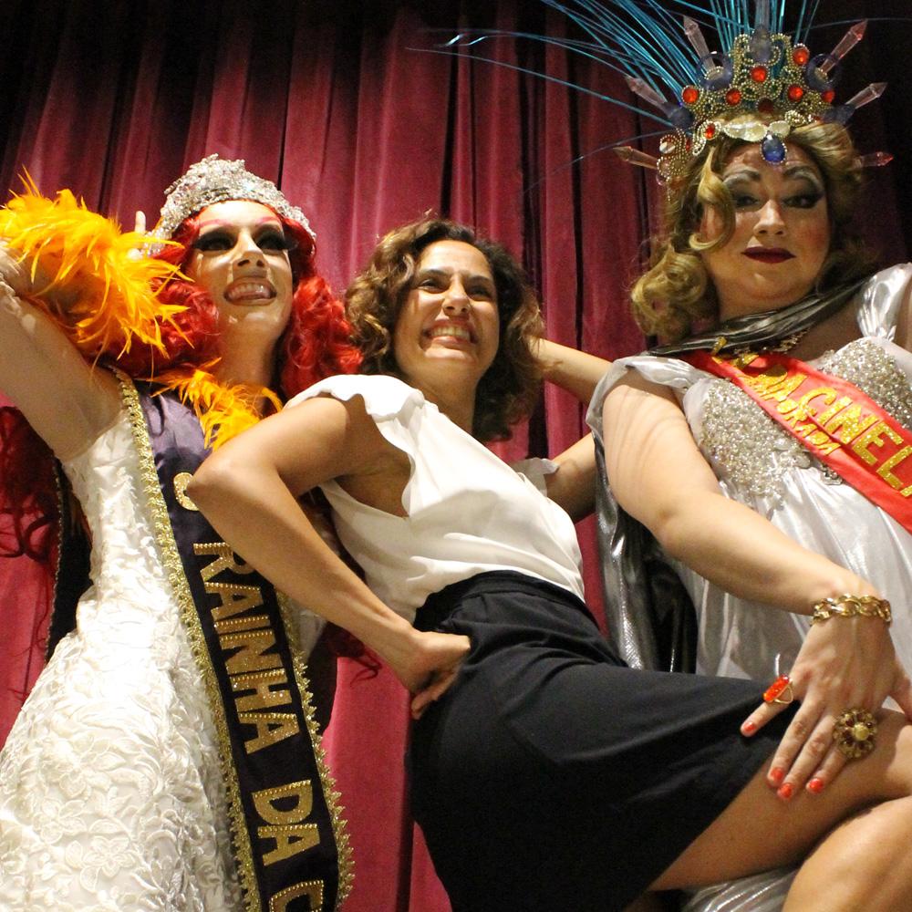 Camila Pitanga se diverte com as Rainhas da Cinelândia, Miranda Lebrão e Veluma (Foto: Roberta Clapp | Revista Híbrida)