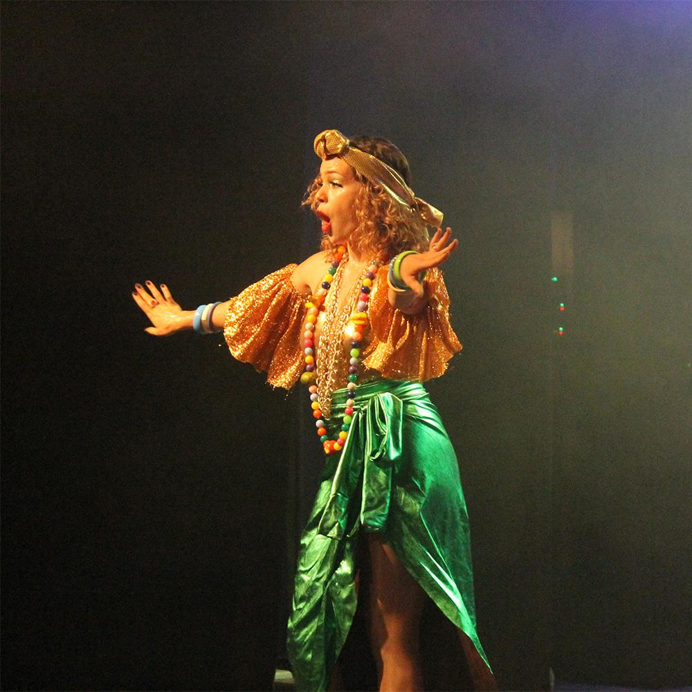 Leandra Leal em sua performance como uma Carmen Miranda reimaginada e empoderada (Foto: Roberta Clapp | Revista Híbrida)