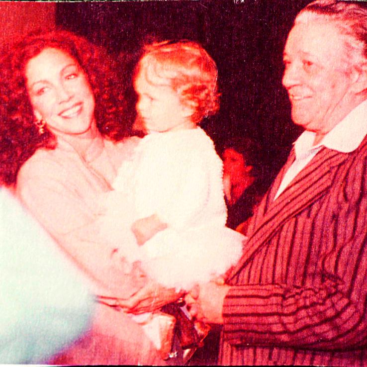 Negócio de família: Américo Leal, fundador do Teatro Rival, ao lado de Ânegla Leal segurando uma Leandra Leal ainda bebê (Foto: Reprodução)