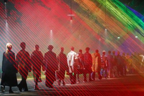 Fila final da Burberry é liderada por Cara Delevingne em um arco-íris de lasers (Foto: Reprodução)