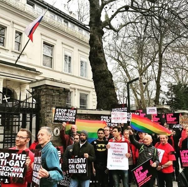 Manifestantes tomaram as ruas de importantes capitais do mundo na última semana para pedirem o fim da perseguição contra LGBTs na Chechênia (Foto: Reprodução Facebook)