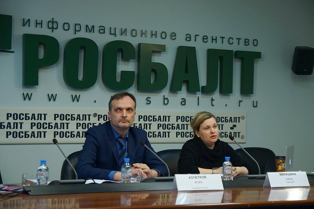 Igor e Elena Milashina, a jornalista responsável pelo furo de reportagem sobre os campos de concentração na Chechênia, durante coletiva de imprensa realizada em Moscou (Foto: Divulgação | Russian LGBT Network)