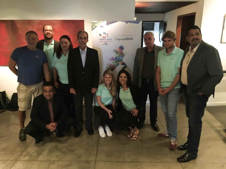 Representantes da CEDS Rio, da Delegação Espírito Brasil e do Consulado Geral da França se reuniram no Parque das Ruínas para apresentarem o plano para os Gay Games de Paris (Foto: Divulgação)