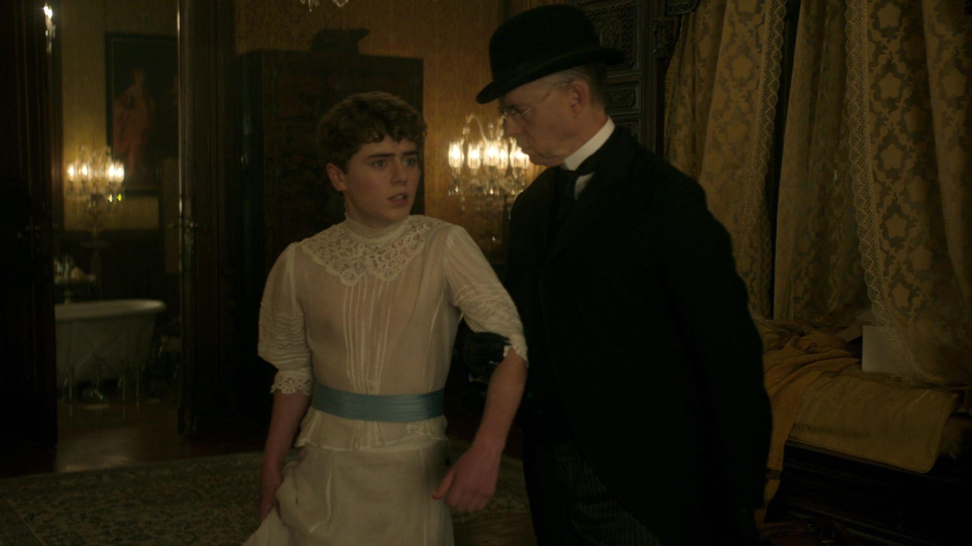 """Cena de """"The Alienist"""" em que um garoto é obrigado e se travestir para atender os desejos de um cliente (Foto: Reprodução)"""