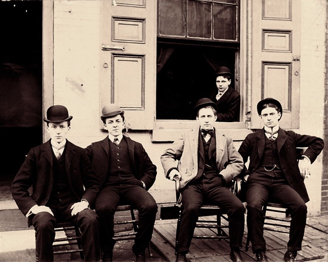 Rapazes do Paresis Hall posam em frente à entrada do bar, em 1893 (Foto: Reprodução)