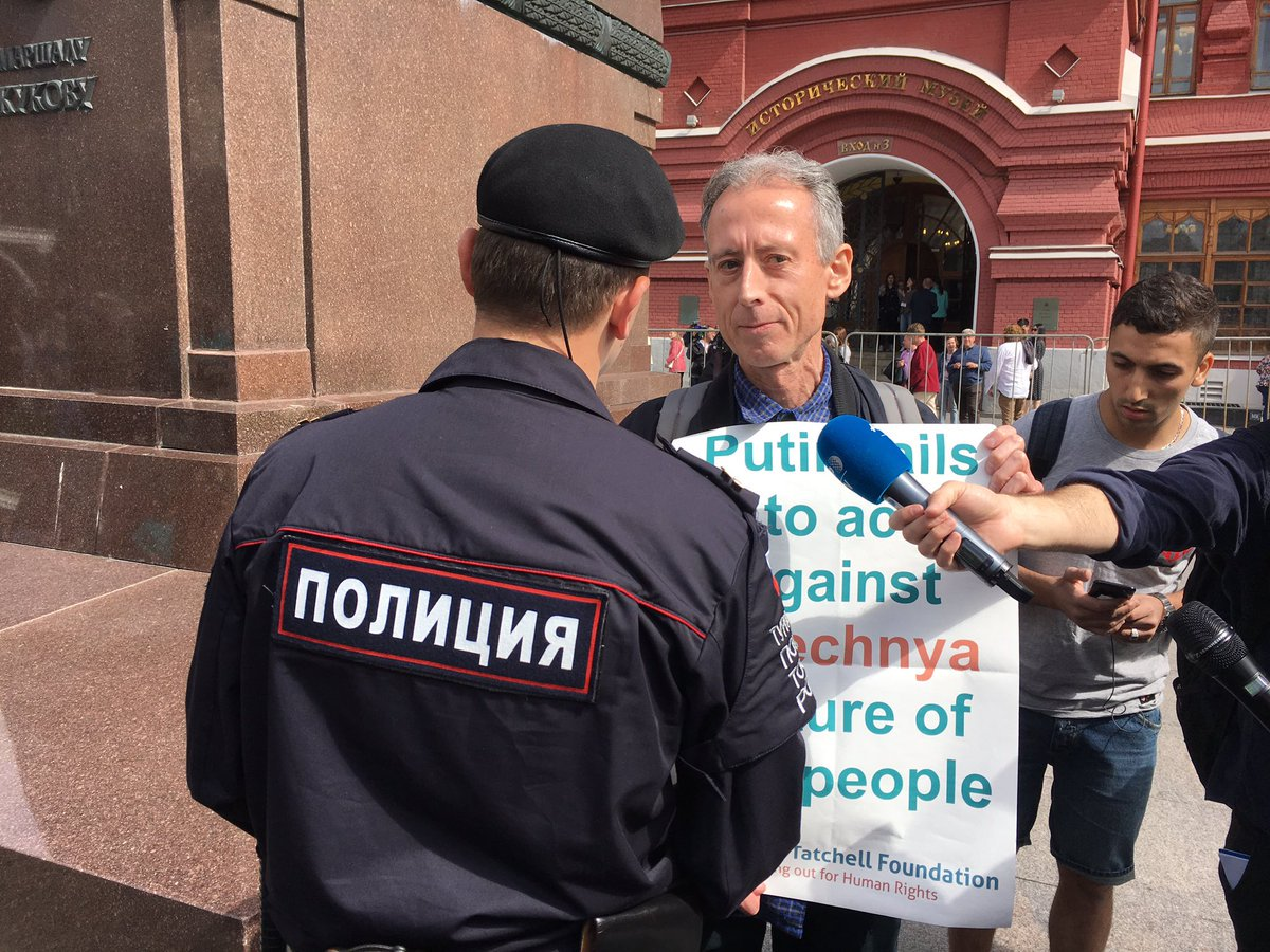 Peter Tatchell sendo abordado pela polícia russa enquanto fazia um protesto a favor dos LGBTs da Chechênia, horas antes da cerimônia de abertura da Copa do Mundo (Foto: Reprodução Twitter)
