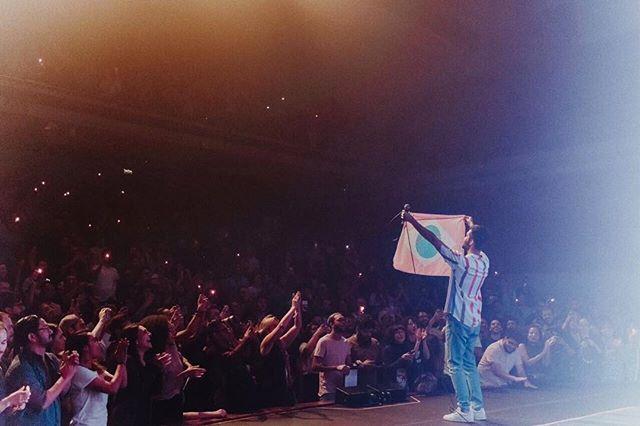 Silva segura bandeira do Brasile stilizada na cor rosa, durante show em São Paulo (Foto: Breno Galtier | Reprodução Instagram)