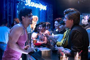 """Na 2ª temporada de  """"GLOW"""", o produtor Bash vai a uma boate gay procurar pelo amigo Florian e se vê incomodado ao levar investidas de outros homens (Foto: Reprodução)"""