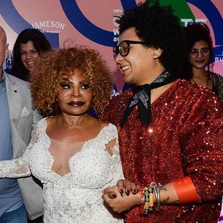 Isaac com Elza Soares, inspiração para o estilista e uma de suas clientes mais fieis (Foto: Reprodução Instagram)
