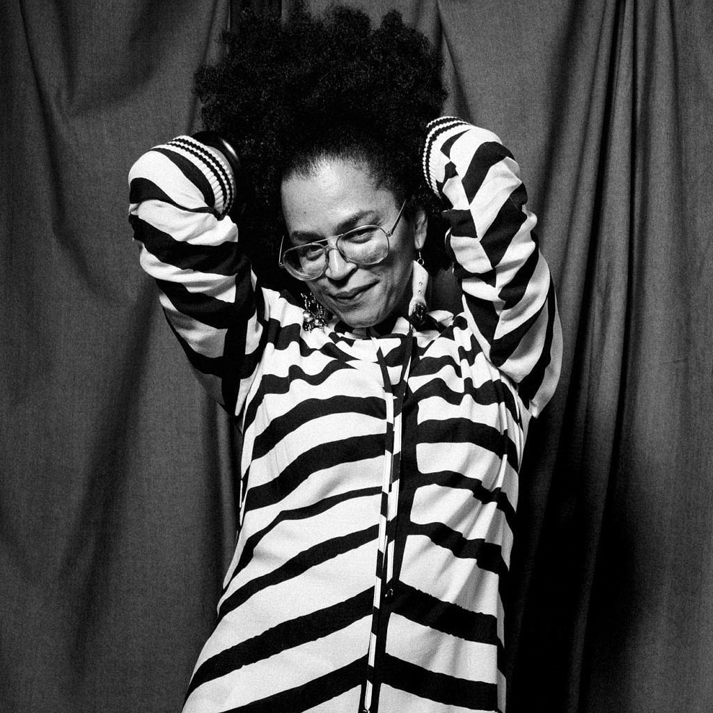 Neon Cunha, ativista pelos direitos trans e colaboradora de Isaac Silva, posa para o lookbook da coleção em homenagem a Xica Manicongo (Foto: João Bertholini | Divulgação)