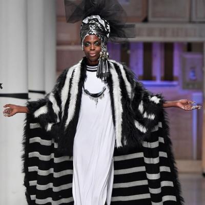 Com manto de rainha africana, Aretha Sadick encerra o desfile de Isaac Silva em homenagem a Xica Manicongo (Foto: Agência FotoSite | Divulgação)