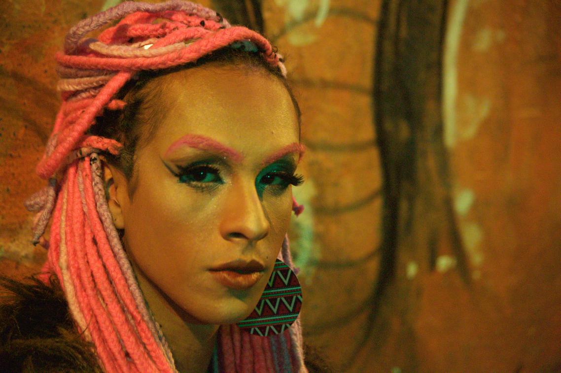 """Ao lado de Jup Pires, a Jup do Bairro, Linn da Quebrada ajuda a traçar um panorama sobre as identidades de gênero não-binárias em """"Abrindo o armário"""" (Foto: Divulgação)"""