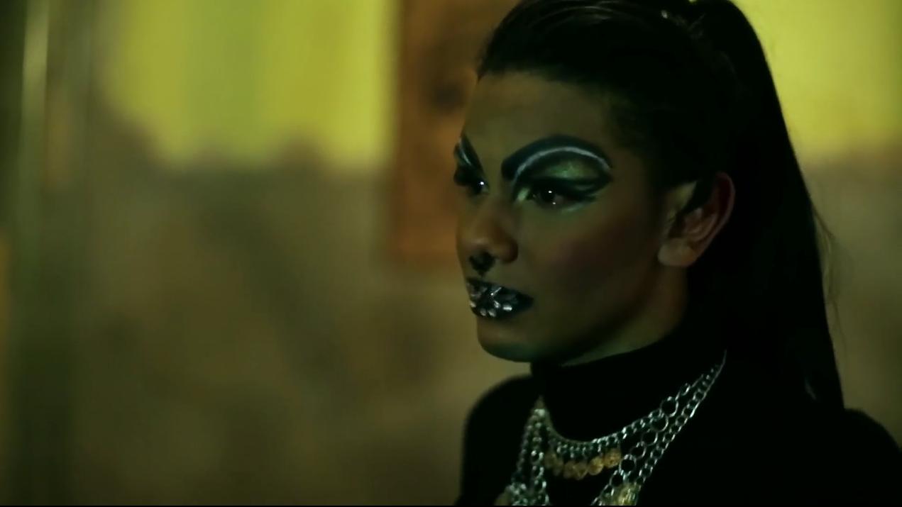 """A drag queen Viper Venomous durante seu depoimento em """"Abrindo o armário"""" (Foto: Divulgação)"""