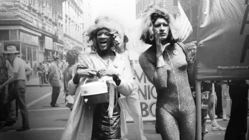 Marsha e Sylvia Rivera durante a Parada de Orgulho Gay de Nova York, em 1978 (Foto: Reprodução)