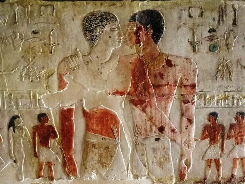 Khnumhotep e Niankhkhnum retratados com os rostos próximos e seus descendentes em plano menor (Foto: Reprodução)