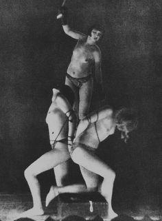 A dançarina, atriz e prostituta Anita Berber, que melhor personificou o espírito libertino da Berlim de 1920, em performance de BDSM (Foto: Reprodução)
