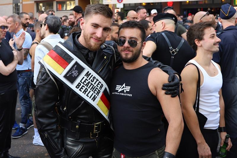 """Turista exibe faixa de """"Mister Leather Belrim"""" durante o Folsom Europe (Foto: Hal Paes)"""