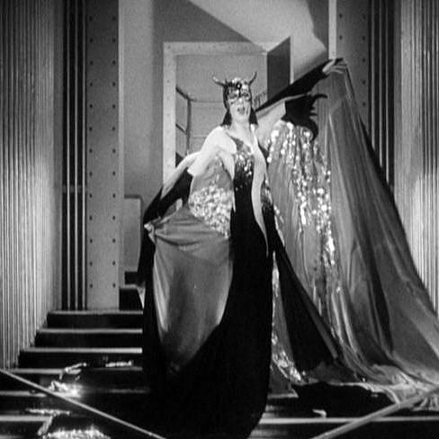 """Cena do filme """"Madame Satã"""", de Cecil B. DeMille, em que a protagonista aparece vestida de diaba para conquistar o próprio marido em um baile de máscaras (Foto: Reprodução)"""