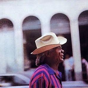 Madame Satã fotografado com seu chapéu panamá durante um passeio pela Lapa (Foto: Reprodução)