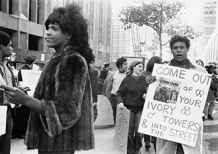 Marsha entregando panfletos de militância queer na NYU, durante a década de 1970 (Foto: Reprodução)