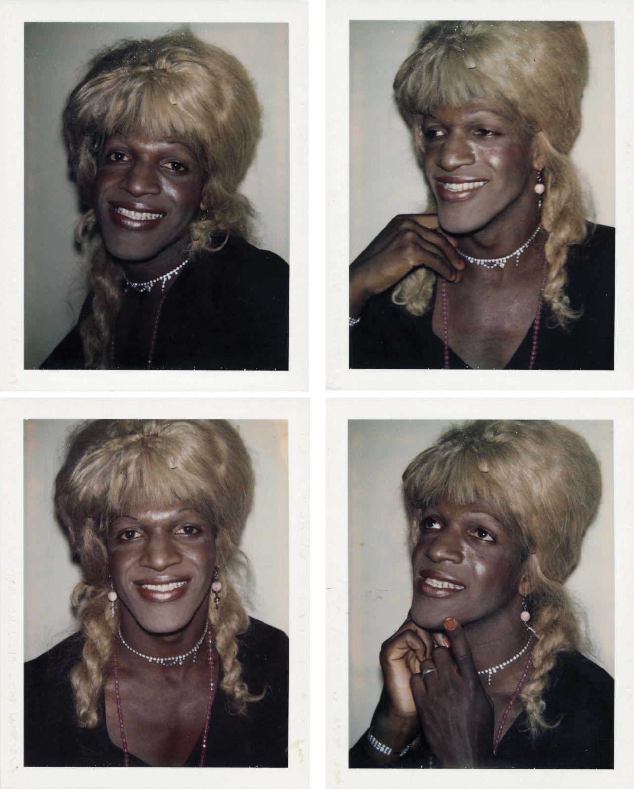 """Marsha P. Johnson fotografada por Andy Warhol para a série """"Ladies and gentlemen"""" (Foto: Reprodução)"""