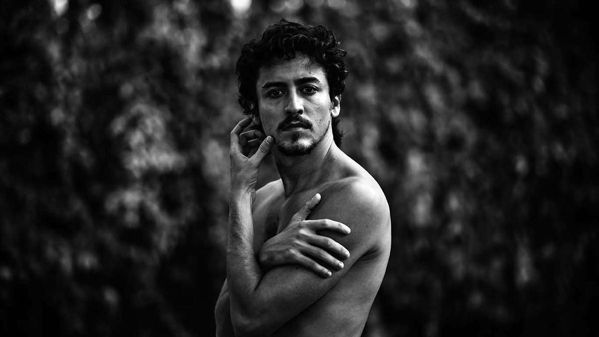 Jesuíta Barbosa fala sobre estreia em novelas e projeto de nu artístico (Foto: Vós | Reprodução)'
