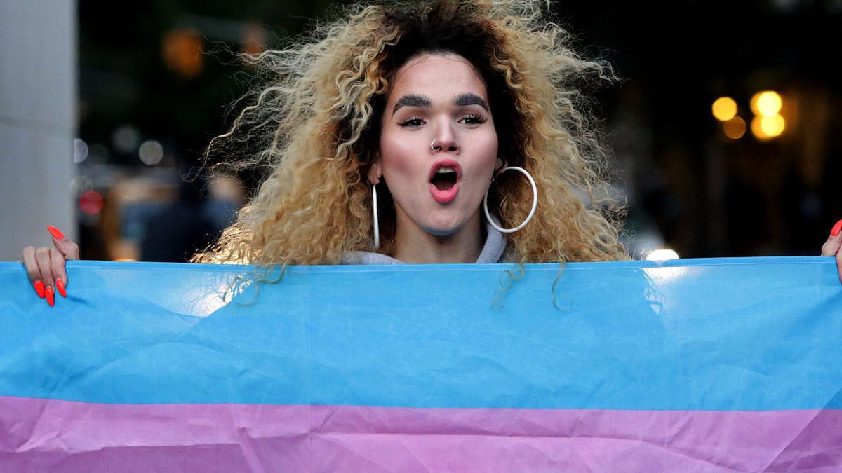 População trans foi às ruas protestar contra notícia de que Donald Trump quer redefinir gênero e excluir população trans (Foto: Getty Images)