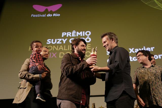 Saulo Xavier de Brito Amorim recebe o Prêmio Suzy Capô durante o 20º Festival do Rio (Foto: Rogério Resende | Divulgação)