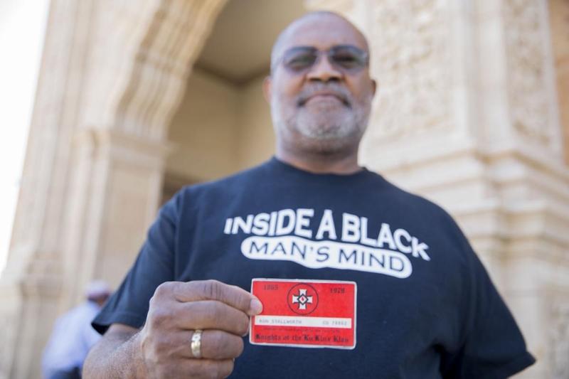 Ron Stallworth segura a sua carteirinha de integrante da Ku Klux Klan 40 anos após ter se infiltrado na organização fascista (Foto: Reprodução)