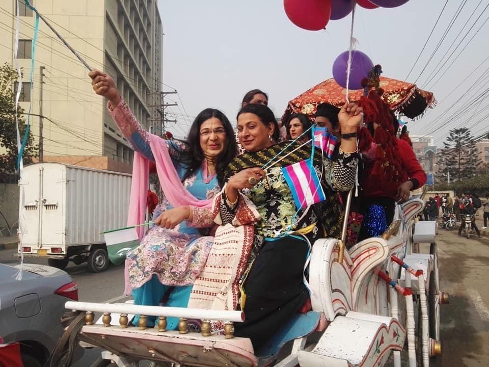 Ativistas celebram a primeira Parada do Orgulho Trans na história do Paquistão (Foto: Queeristan | Reprodução)
