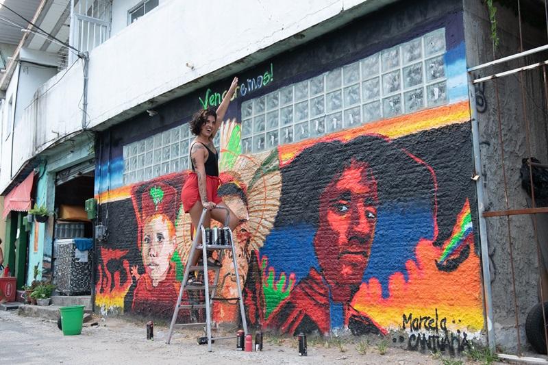 Marcela Cantuária durante a pintura do mural em homenagem a Matheusa, na Tavares Bastos (Foto: Julia Pavin)