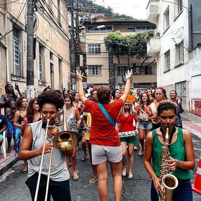 Frisando a importância da mulher, Battuqdellas ocupa o centro de Vitória na segunda de carnaval (Foto: Reprodução Instagram   Renan Bono)