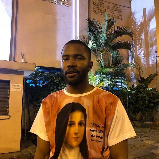Sem eira nem beira pelo Rio de Janeiro, é possível que Frank Ocean e sua camiseta de Santa Teresinha apareçam pela Void Madureira no bloco em sua homenagem (Foto: Reprodução Instagram | @Blonded)