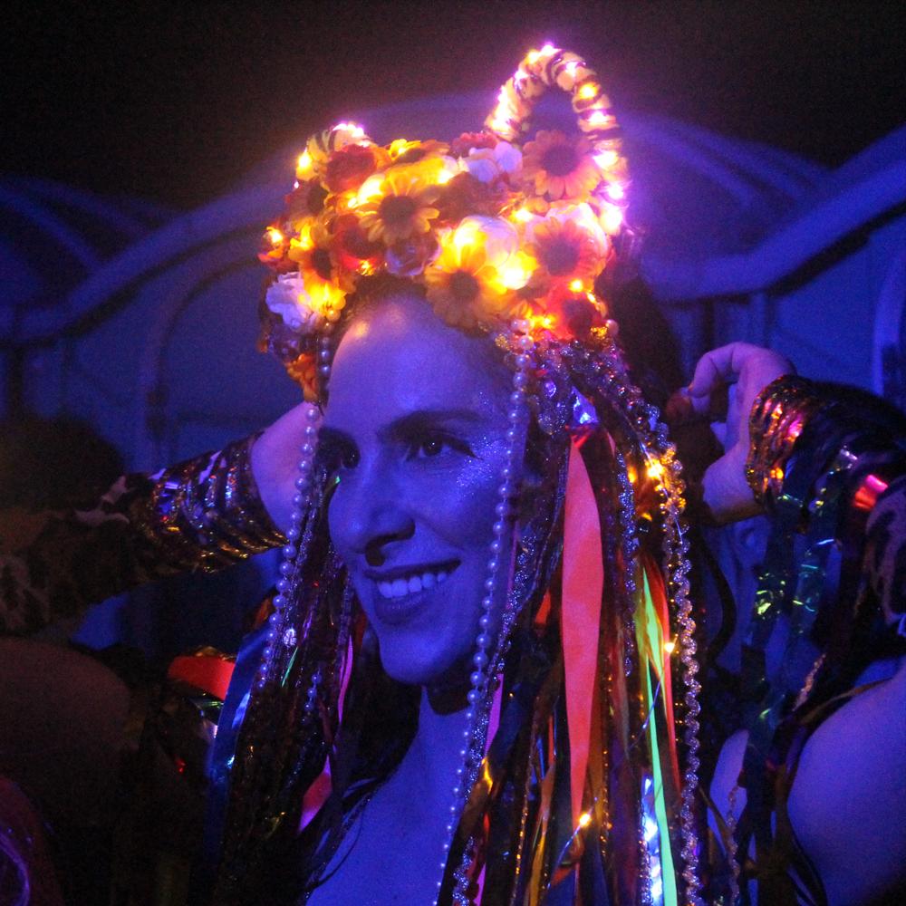 Minha Luz é de LED vai desfilar sua procissão de luzes pelo centro do Rio na quinta de pré-carnaval (Foto: Beta Clapp | Revista Híbrida)