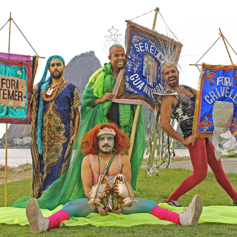 Com músicas molhadas e as barbatanas de fora, o Sereias da Guanabara faz seu mergulho de carnaval 2019 na Rua do Mercado (Foto: Beta Clapp | Revista Híbrida)