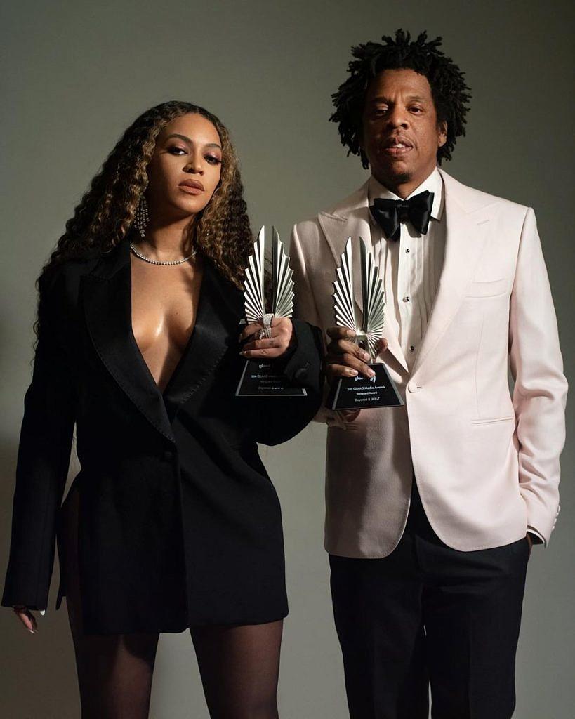 Beyoncé e Jay-Z posam com o prêmio Vanguarda do GLAAD Awards (Foto: Divulgação)