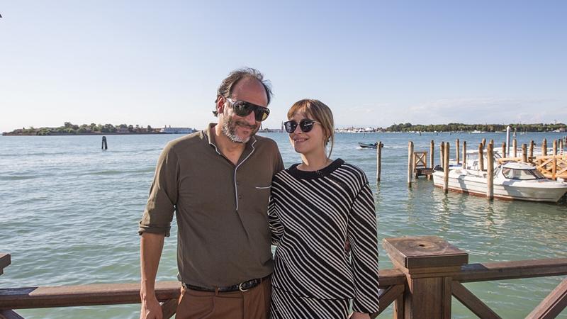 """Depois de trabalhar com Dakota Johnson em """"Suspiria"""", Luca Guadagnino quer que atriz participe da sequência de """"Me Chame Pelo Seu Nome"""" (Foto: Reprodução)"""